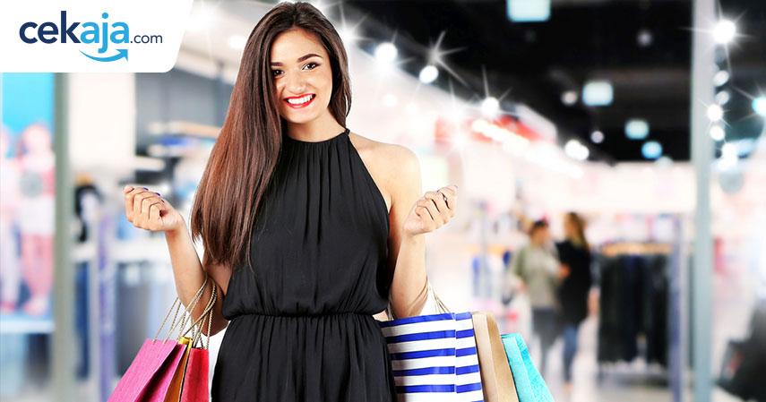 wanita belanja_kartu kredit - CekAja.com
